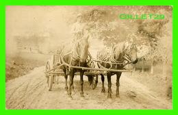 CHEVAUX  ATTELAGE AVEC UN VIEILLE VOITURE -  CARTE-PHOTO - - Chevaux
