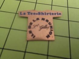 613d Pins Pin's / Rare & Belle Qualité THEME MARQUES / T-SHIRT LA TEE-SHIRTERIE ILE DE LA REUNION ST GILLES - Trademarks