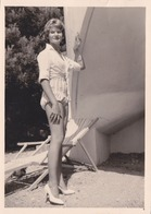 Photographie Anonyme Vintage Snapshot Femme Sexy Mode Short Jambes Pinup - Photographs