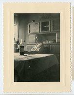 Homme Man Intérieur Still Life SNAPSHOT Cuisine Pose Clair Obscur 50s Beauty Elegance Playboy Table Bouteille - Persone Anonimi