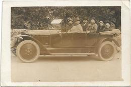 CARTE PHOTO ENVOYEE DE LOURDES LE 24 8 1920 / VOITURE ANCIENNE AVEC 6 PERSONNES / ANIMATION / DOS SCANNE - Postkaarten