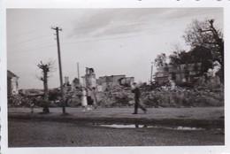 Foto Deutscher Soldat Und Gruppe Frauen Vor Ruinen - Spaziergang - 2. WK - 8,5*5,5cm (42405) - Krieg, Militär