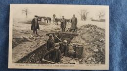 CPA GUERRE 1914 15 LES TRANCHEES SOLDATS TRAVAILLANT LA TERRE  ED PAYS DE FRANCE 99 ANIMATION SOLDATS GRADES - Guerre 1914-18