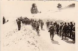 Foto Deutsche Soldaten Mit Fuhrwerken Bei Marsch Im Winter - 2: WK - 8,5*5,5cm (42412) - Krieg, Militär