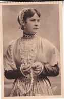 1920'S CPA FOLK DRESSED- L'ILE TUDY. ETUDES DES COIFFES DE BRETAGNE. UNE ELEGANTE. COLLECTION VILLARD- BLEUP - Costumes