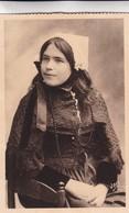 1920'S CPA FOLK DRESSED- JEUNE FILLE D'OUESSANT. ETUDE DES COIFFES DE BRETAGNE. COLLECTION VILLARD- BLEUP - Costumes