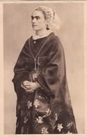 1920'S CPA FOLK DRESSED- UNE JEUNE FILLE DU CAP. REGION D'AUDIERNE ET DE LA POINTE DU CAP. COLLECTION VILLARD- BLEUP - Costumes