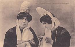 1900'S CPA FOLK DRESSED- INDUSTRIES BRETONNES. LA BRODERIE DE PONT L'ABBE. COLLECTION VILLARD- BLEUP - Personnages