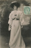 CPA Femme Debout Chapeau Longue Robe Circulée Timbre Ohoto R.W. Thomas A. 32586 - Femmes