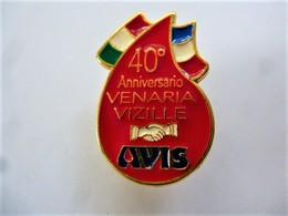 PINS Médical GOUTTE DE SANG  40ème ANNIVERSARIO VENARIA VIZILLE DRAPEAU ITALIE FRANCE / Base Dorée / 33NAT - Medical