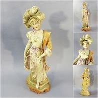 * STATUE FEMME ELEGANTE EN BISCUIT POLYCHROME - Porcelaine Sculpture - Sculptures