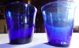 XIX è , Lot De 2 VERRES D'EGLISE POUR BOUGIES D'AUTEL . VERRE SOUFFLE BLEU . BULLES . 2 OLD CHURCH GLASSES FOR CANDLE - Verre & Cristal