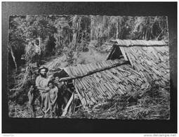 MISSION DE PAPOUASIE - Missionnaire Devant Sa Hutte-Eglise (Montagnes Centrales). - Papouasie-Nouvelle-Guinée
