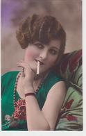 Frau Beim Rauchen - Grossaufnahme - Handcol.         (P-179-70915) - Femmes