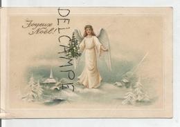 Un Ange Porte Un Sapin De Noël Dans Un Décor Enneigé. Relief. - Anges