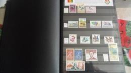 F301 ALBUM RWANDA NEUFS/OB A TRIER BELLE COTE POIDS 1.280 KG DÉPART 10€ - Briefmarken