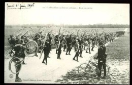 Camp De Chalons (51-Marne) - 10 : Le Bataillon Cycliste En Colonne - Face En Arrière - (Gros Plan Animé, Vélos) - Régiments