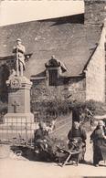 56 LANGOELAN  Fileuses Devant Le Monument Aux Morts 1950 - Autres Communes
