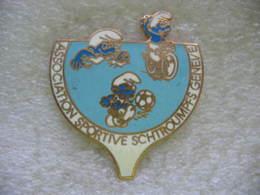 Pin's Association Sportive SCHTROUMPFS à Genève En Suisse. Vélo, Foot, Natation - Associations