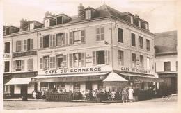 LES ANDELYS (Eure) - Café Du Commerce - Magasin De Chaussures-Pharmacie - Animée - Les Andelys