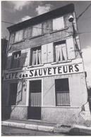 CPM 10x15. CAFE DES SAUVETEURS (Regards Singuliers . Valence 1986) Phot. Maryvonne ARNAUD - Hotels & Restaurants
