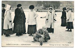 CPA * GÉRARDMER Sports D'hiver ( Gros Plan ) Patinage Sur Le Lac Une Bûche ( Chute Homme + Femmes élégantes ) - Gerardmer
