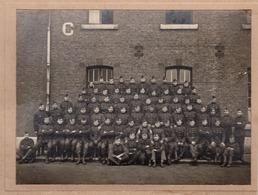 Photo Sur Carton Groupe De Soldats Armée Belge / Caserne En Belgique Non Située / Vers 1920 - Guerre, Militaire