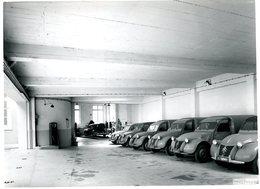 PHOTO DE PARISOT DE ORLEANS - BEL ENSEMBLE DE CITROEN 2 CV DE 1953 à 1956 - GARAGE ADMINISTRATIF - POMPE à ESSENCE - Automobile