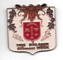 Pin's  Ville, Boisson, VINS  D' ALSACE  Clément  WECK  à   68420  Gueberschwihr - Beverages