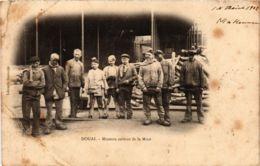 CPA DOUAI Mineurs Sortant De La Mine (864960) - Douai