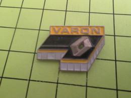 1115A Pin's Pins / Beau Et Rare : THEME : AUTOMOBILES / GARAGE RENAULT VARON CALVADOS - Renault