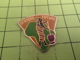 SP12 Pin's Pins / Beau Et Rare : THEME : AUTRES / AFRIQUE FUTURE MERE ET ENFANT - Badges
