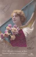 """MILITARIA. GUERRE14-18 PATRIOTIQUE. JEUNE FEMME  """" A MON CHER POILU CE BOUQUET DE FLEURS .. """". TEXTE DU 31 MAI 1915 - Patriotiques"""