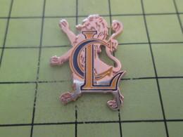 SP06 Pin's Pins / Beau Et Rare : THEME : ANIMAUX / LION HERALDIQUE METAL JAUNE LETTRES MAJUSCULES C Et L - Animals