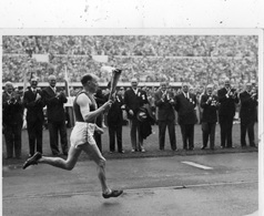 JEUX OLYMPIQUES D'HELSINKI 1952 PAAVO NURMI CARRIES THE TORCH TO THE STADIUM  CARTE PHOTO - Olympische Spelen