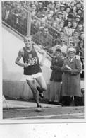 JEUX OLYMPIQUES D'HELSINKI 1952 ATHLETISME EMILE  ZATOPEK  QUI ARRIVE  SUR LE STADE CARTE PHOTO - Olympische Spelen