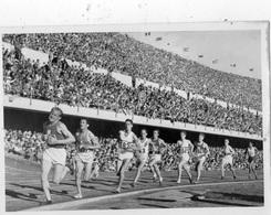 JEUX OLYMPIQUES D'HELSINKI 1952 ATHLETISME EMIL ZATOPEK DEVANT ALAIN MIMOUN DANS LE STADE  CARTE PHOTO - Olympische Spelen