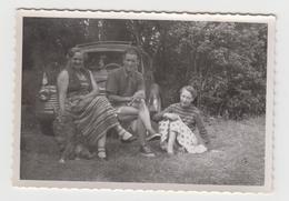 NF/ PHOTO Voiture Ancienne - RENAULT 4CV - 1954 - NOIRMOUTIER- Groupe De Personnes - Automobili