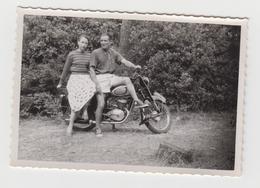 NF/ PHOTO NOIRMOUTIER - 1954 - Couple Avec Ancienne MOTO - BASKETS CONVERSES - Foto