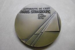 """Jetons Et Médailles - Médaille De Table TRANSPORTS """"Autoroute De L'EST PARIS / STRASBOURG"""" APEL SANEF 1976 - Professionnels / De Société"""