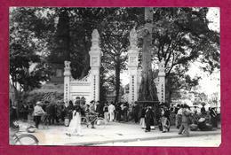Ancienne PHOTO De PRESSE De 1951 Une Porte Au VIET-NAM, INDOCHINE, à Localiser... CACHET Du Photographe Au Dos..2 Scans - Places