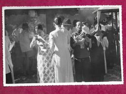 Ancienne Grande PHOTO 18 X 12 Cm Des Années 1960 Du VIET-NAM, INDOCHINE, à Localiser...FEMMES En Toilette, PRIERES, - Places
