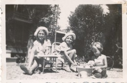Snapshot Photo Fillettes Avec Chapeaux Golfe Juan Aout 1935 Jouets Anciens Toy - Personnes Anonymes