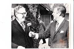 Photo De Presse   Helmut Schmidt Remettanr Une Fleur à Henry Kissinger  à Bonn  (Allemagne) Ph AP - Personalidades Famosas