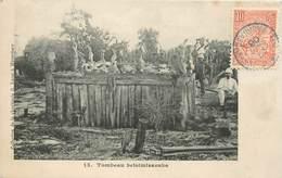 """CPA MADAGASCAR """"Tombeau Betsimisaraka"""" - Madagascar"""