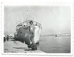 Small Photo ( 8.5 Cm / 6 Cm ) Girl And Ship Trogir - Croatia - Anonymous Persons