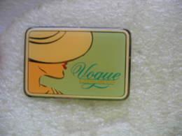 Pin's Pin-up Pour Pub Des Cigarettes De La Marque VOGUE - Badges