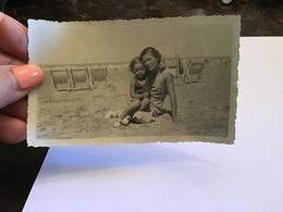 Photo Noir Et Blanc à Bord BlancFemme Assis Sur La Plage Avec Sa Fille Dans Les Bras En Maillot De Bain Fauteuil De Plag - Personnes Anonymes
