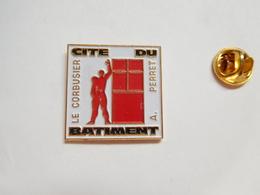 Beau Pin's En Relief , Cité Du Batiment , Le Corbusier , A. Perret , BTP ?? - Badges