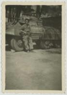 """Soldat Avec Fusil Mitrailleur Devant Un Blindé Nommé """"Galéjeuse"""" . Canon . - Guerre, Militaire"""